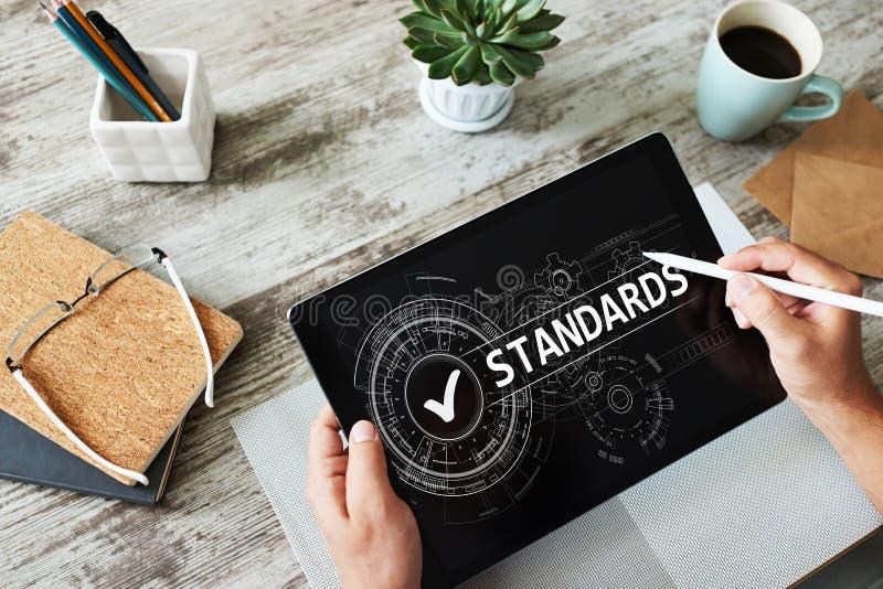 Caixa de verificação do controle do padrão de qualidade na tela Conceito do negócio e da tecnologia fotografia de stock