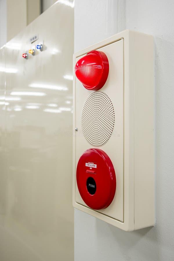 Caixa do alarme de incêndio, interruptor da imprensa, sirene e luz vermelha imagens de stock royalty free