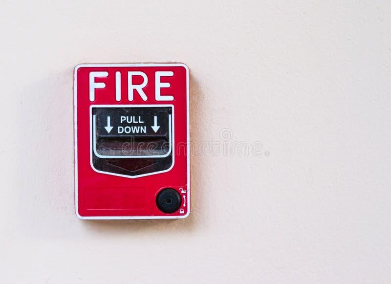 Caixa do alarme de incêndio na parede do cimento para advertir fotografia de stock