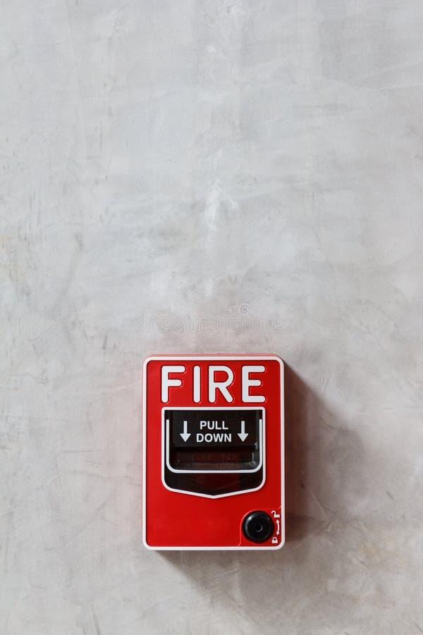 Caixa do alarme de incêndio no fundo da parede fotos de stock royalty free