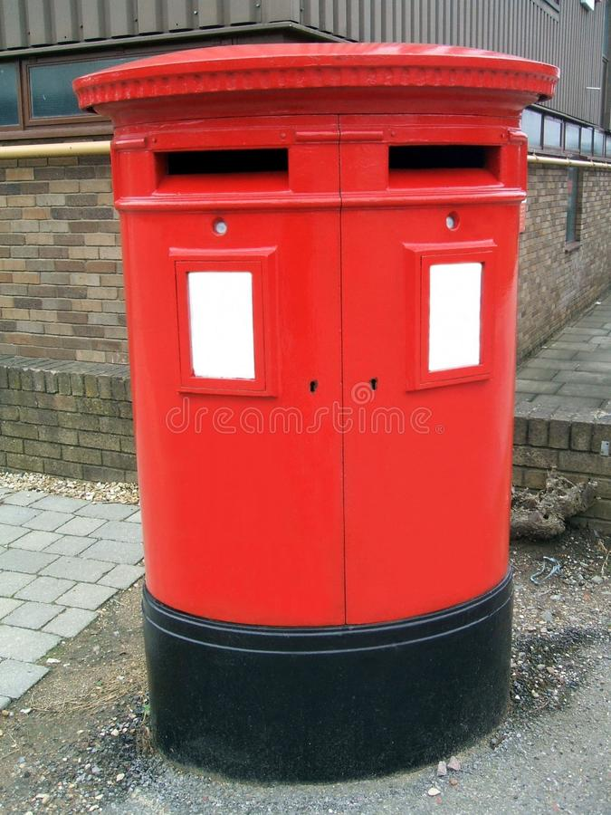 Caixa do cargo do metal ou caixa postal vermelha, Londres, Inglaterra fotografia de stock royalty free