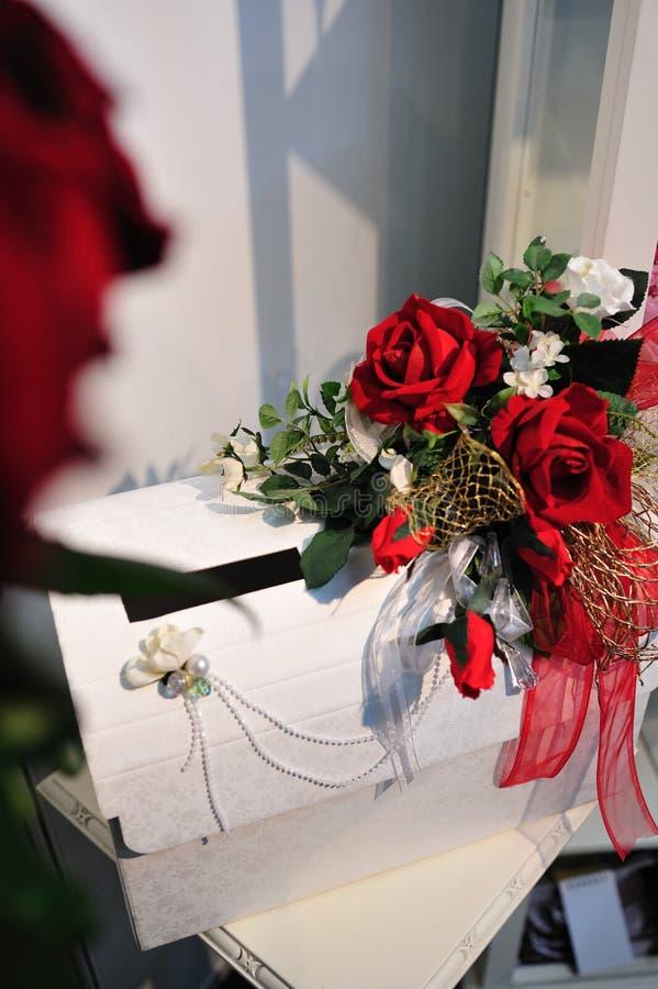 Caixa do casamento com decoração das rosas foto de stock royalty free