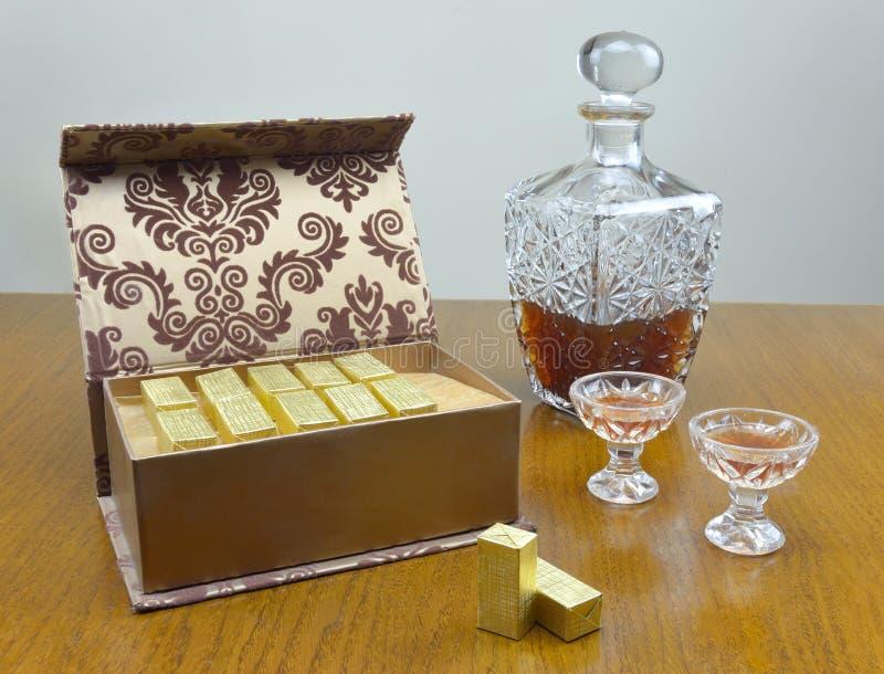 Caixa do chocolate e garrafa do licor imagem de stock royalty free