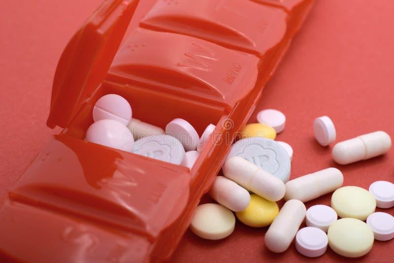 Caixa do comprimido com lotes dos comprimidos que ilustram o foco raso dos problemas de sa?de fotos de stock royalty free