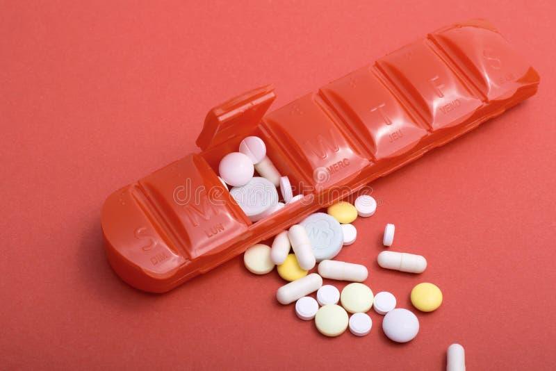Caixa do comprimido com lotes dos comprimidos que ilustram o foco raso dos problemas de sa?de imagens de stock