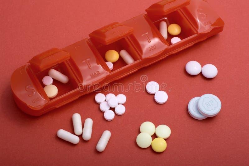 Caixa do comprimido com lotes dos comprimidos que ilustram o foco raso dos problemas de sa?de imagem de stock royalty free