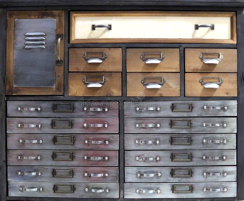Caixa do estilo de gaveta retro feita do metal e da madeira, com as gavetas de tamanhos diferentes imagens de stock royalty free