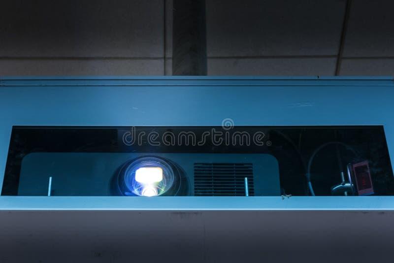 Caixa do feixe do projetor que projeta a imagem brilhante Ligh da operação do dispositivo imagem de stock royalty free