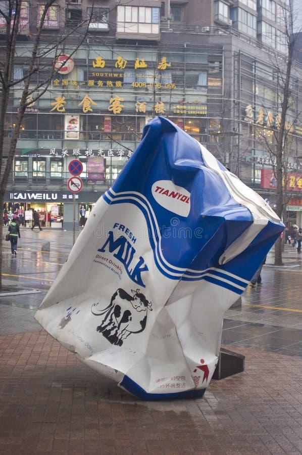 A caixa do leite da escultura da cidade. imagem de stock