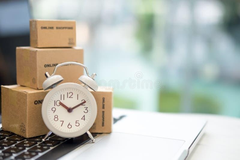 Caixa do pacote para a entrega ao cliente pelo serviço logístico conceito do armazém de distribuição do SME do empresário da empr imagens de stock royalty free