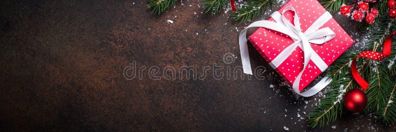 Caixa do presente do vermelho do Natal no fundo escuro imagens de stock royalty free