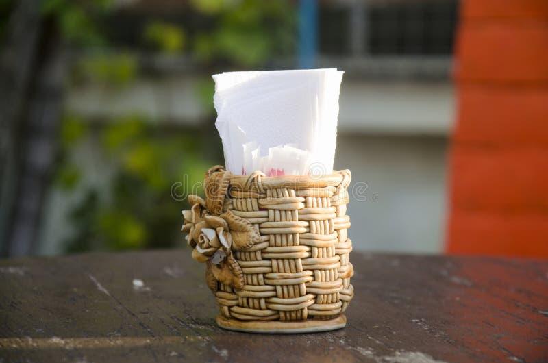 Caixa do weave do Rattan dos tecidos e do palito na tabela de madeira imagem de stock