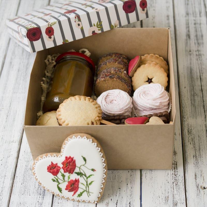Caixa dos doces: cookies, marshmallow, merengue em uma caixa na tabela, cookies na forma de um coração um presente romântico para fotografia de stock royalty free