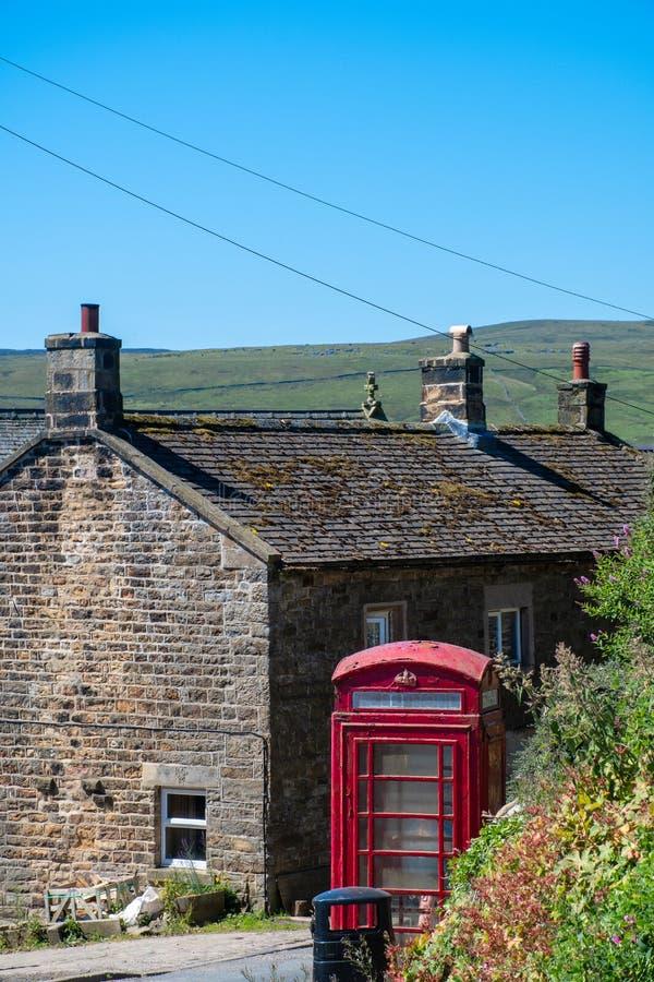 Caixa e casa de campo vermelhas tradicionais do telefone imagem de stock royalty free