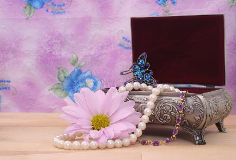 Caixa e flor de jóia fotos de stock royalty free