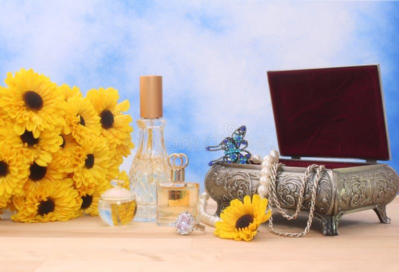 Caixa e flores de jóia fotos de stock