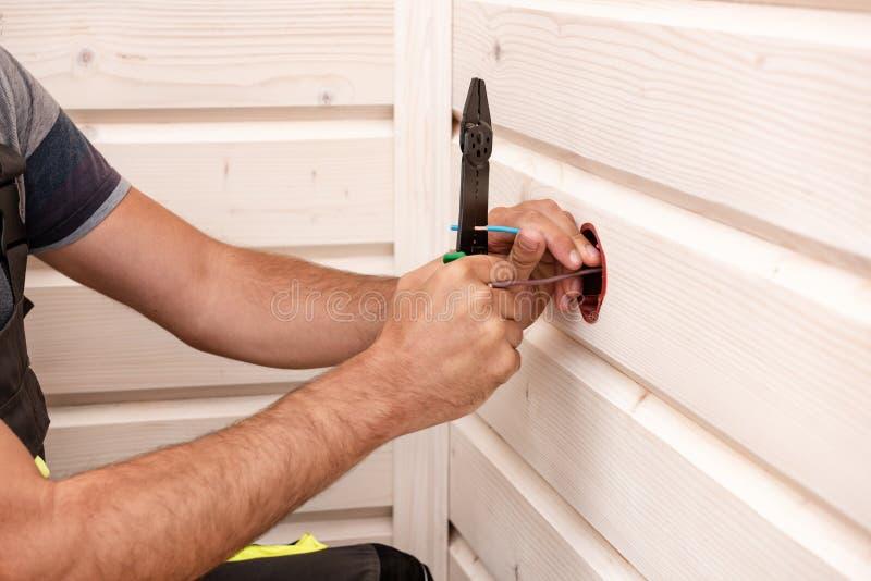 Caixa elétrica do soquete em uma parede de madeira branca Montando o rezetka foto de stock