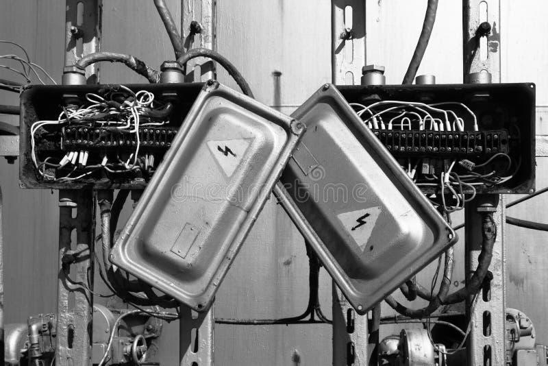 Caixa elétrica oxidada velha do transformador com fios fotografia de stock