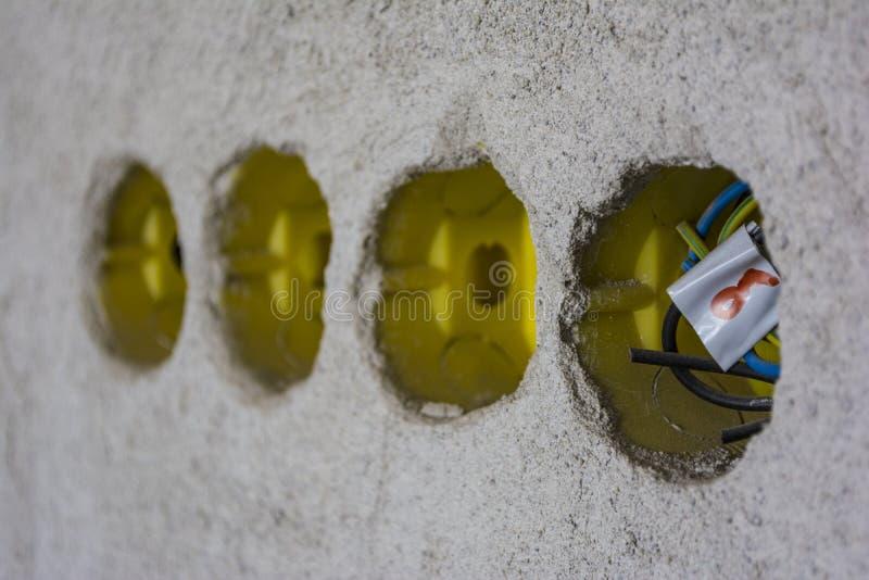 Caixa elétrica, uso para que prender separe linhas elétricas Lugar para que o jaque bonde seja instalado dentro à parede branca fotos de stock
