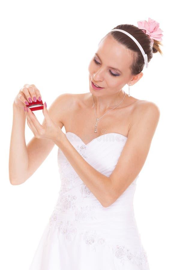 Caixa entusiasmado do anel de noivado da abertura da mulher da noiva foto de stock royalty free