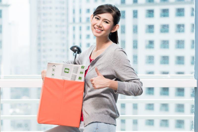 Caixa levando da remoção da menina asiática nova fotografia de stock royalty free