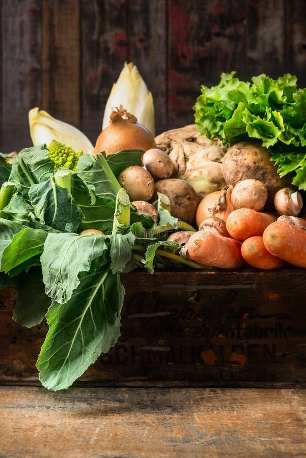 Caixa orgânica dos vegetais no fundo de madeira velho foto de stock