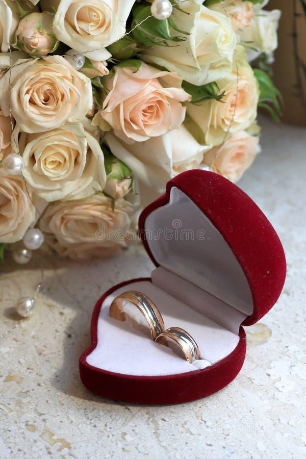 Caixa para as alianças de casamento que olha como um coração fotografia de stock royalty free