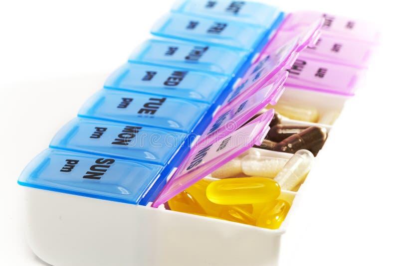 Caixa para o armazenamento das drogas, com inscrição em dias da semana fotos de stock