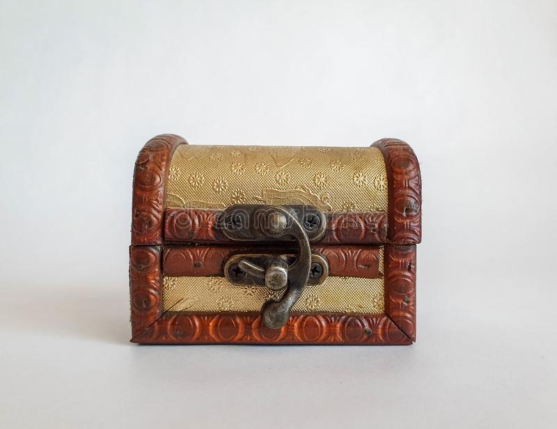 Caixa pequena da caixa da forma velha dourada de madeira, caixa do tesouro no fundo natural branco, não imagens de stock royalty free