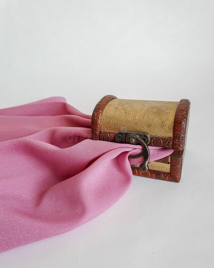 Caixa pequena da caixa da forma velha dourada de madeira, caixa do tesouro no fundo natural branco, não isolado, com o lilás clar foto de stock royalty free