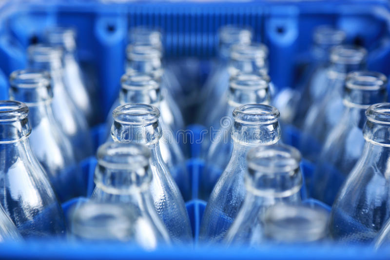 Caixa plástica azul com garrafas de vidro imagem de stock royalty free