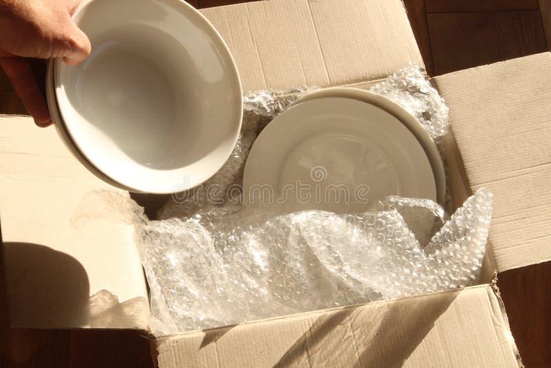 Caixa, placas e invólucro com bolhas de ar de embalagem do cartão foto de stock royalty free