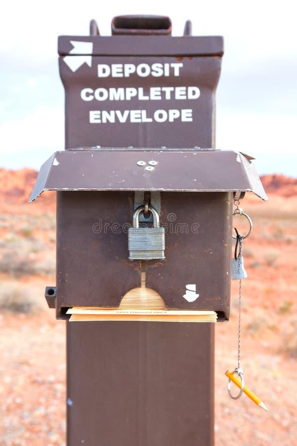 Caixa postal antiga para o envelope do depósito imagens de stock