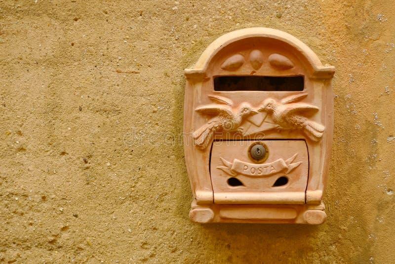 Caixa postal do Terracotta foto de stock royalty free