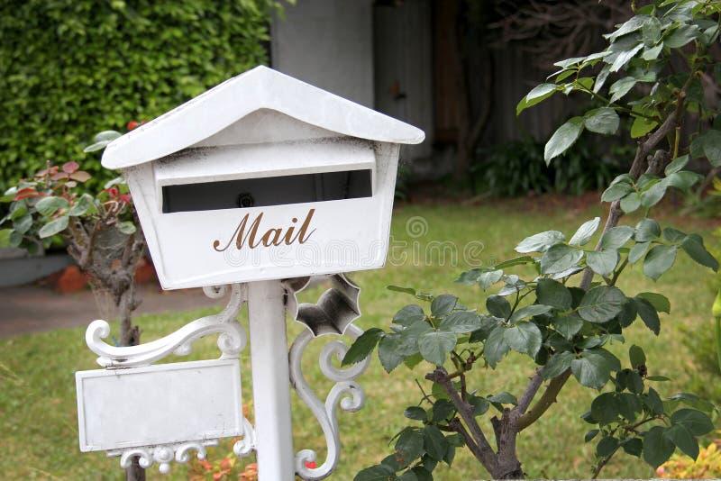 Caixa postal em um jardim fotografia de stock royalty free