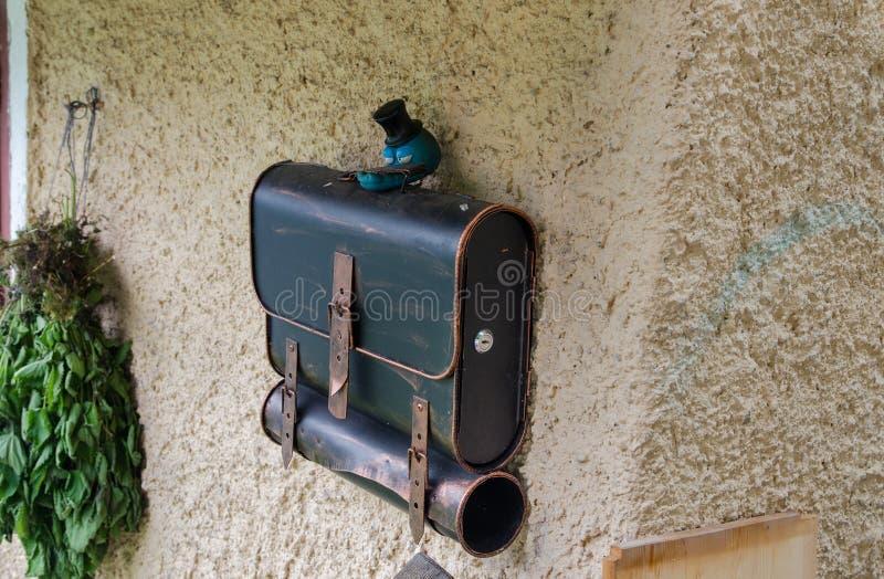 A caixa postal engraçada olha como o saco de escola na parede da casa em Hallstatt imagens de stock