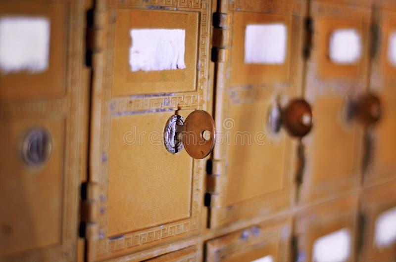 Caixa postal envelhecida retro com chave fotografia de stock