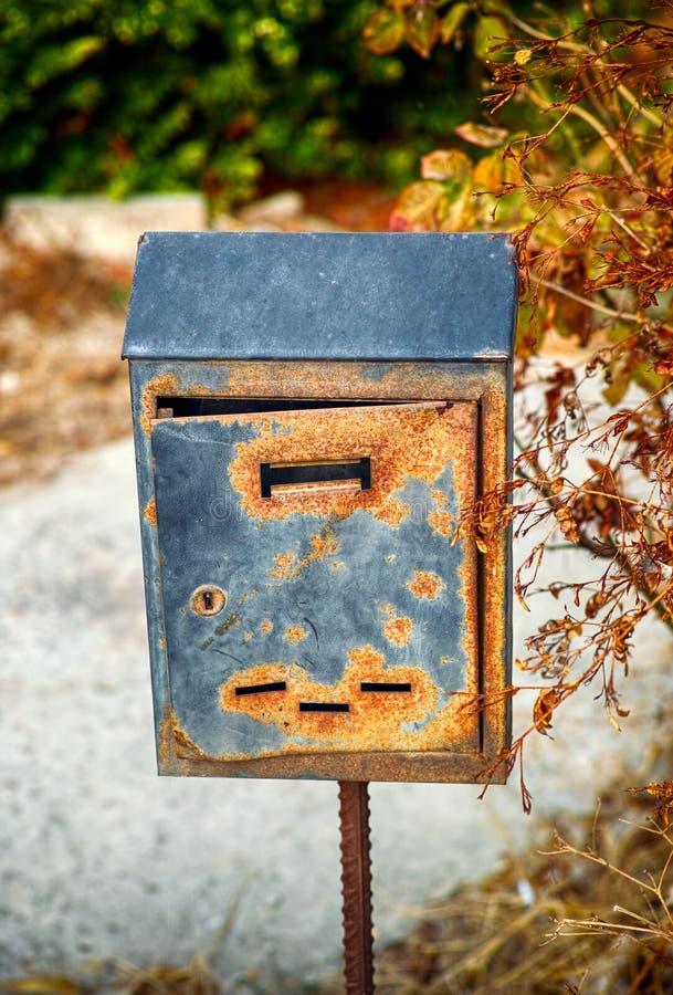 Caixa postal oxidada velha fora fotografia de stock royalty free