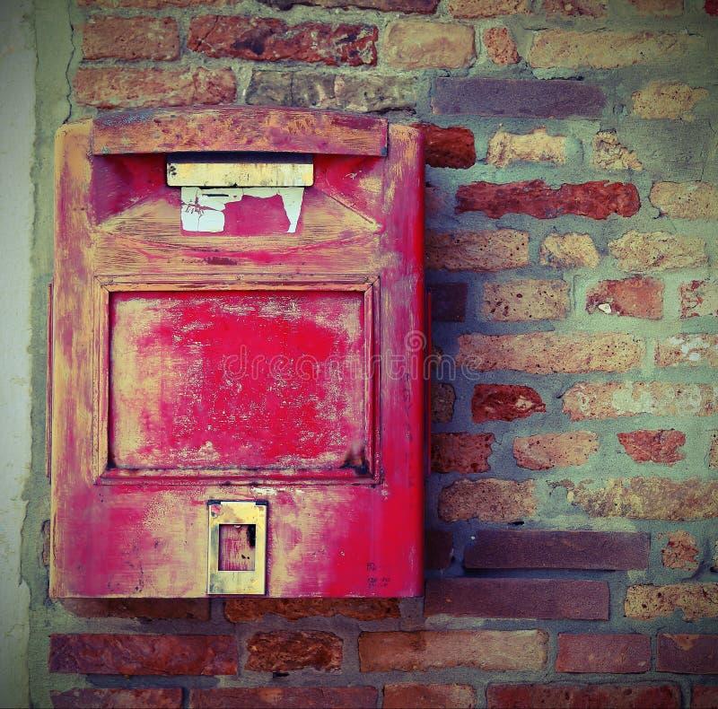 Caixa postal velha para entregar o correio com efeito velho do vintage fotos de stock royalty free