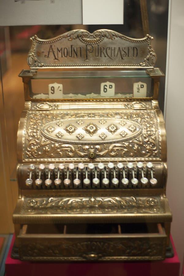 Caixa registadora à antiga em uma loja fotografia de stock