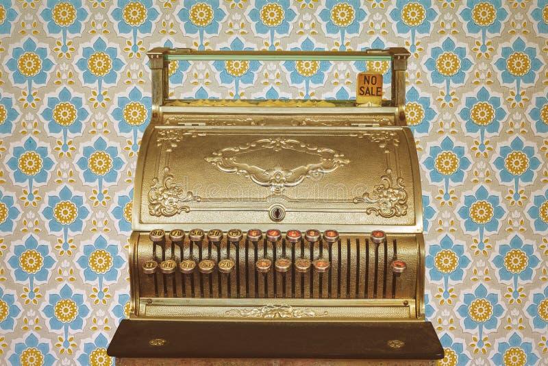 Caixa registadora do vintage na frente do papel de parede retro imagens de stock