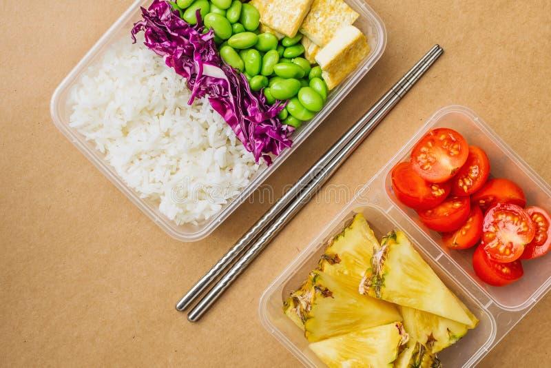 Caixa saudável do bento do vegetariano do asiático-estilo com arroz, tofu fritado, feijões do edamame e tomates de cereja e parte fotografia de stock