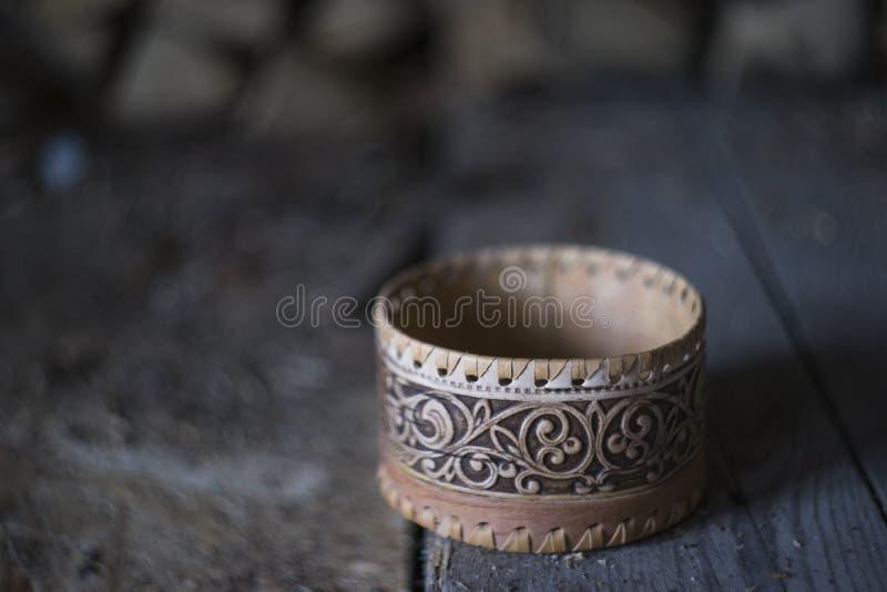 Caixa tradicional da casca de vidoeiro do russo no fundo dos firewoods, foto macio-focalizada estilo do campo fotografia de stock royalty free
