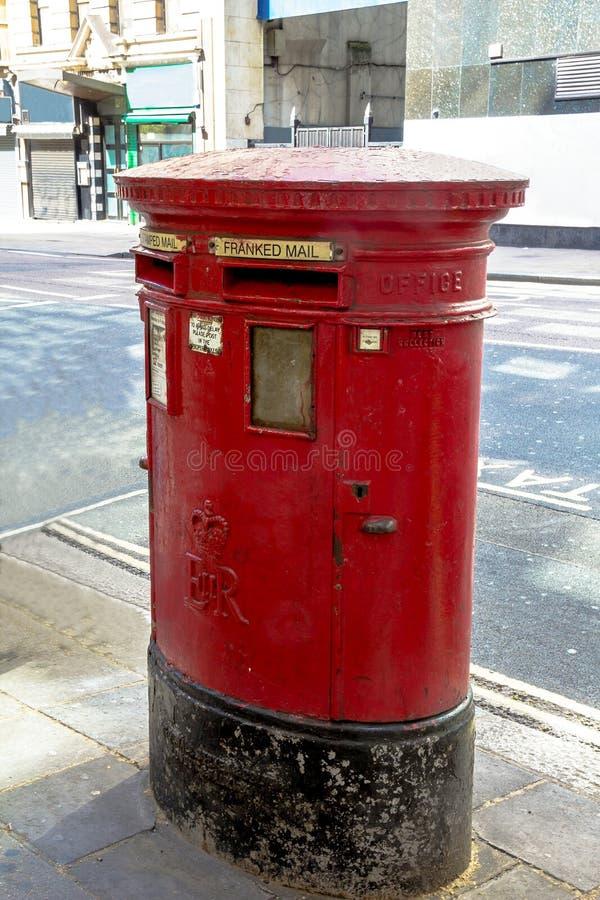 Caixa vermelha britânica do cargo do vintage situada em Londres central Reino Unido foto de stock