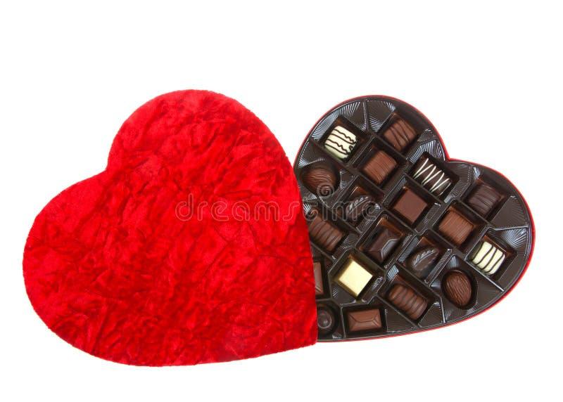 Caixa vermelha do coração aberta com os chocolates, isolados imagem de stock