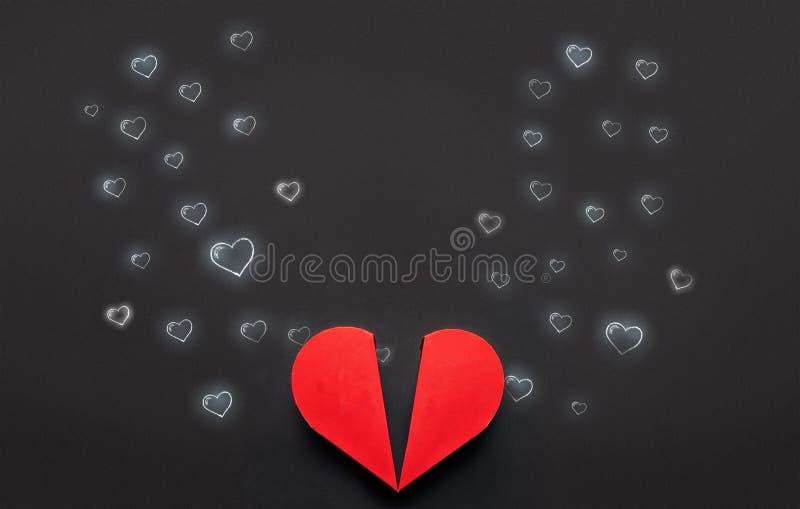 Caixa vermelha do coração com contorno do em pares amados, Valentim a Dinamarca foto de stock royalty free