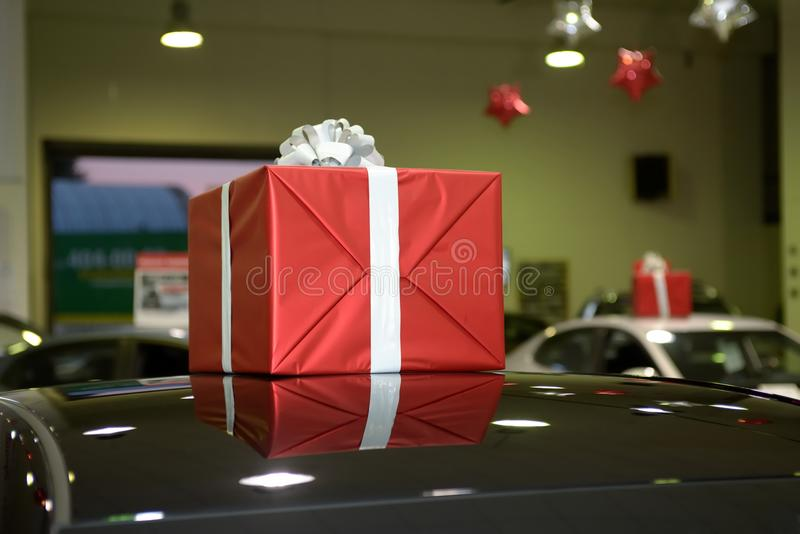 Caixa vermelha do presente em um telhado do carro foto de stock royalty free