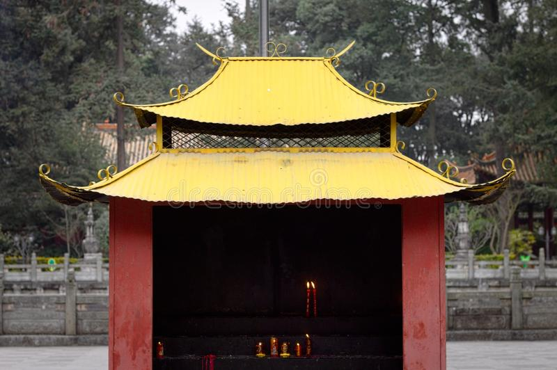 Caixa vermelha e amarela da vela no templo imagem de stock royalty free