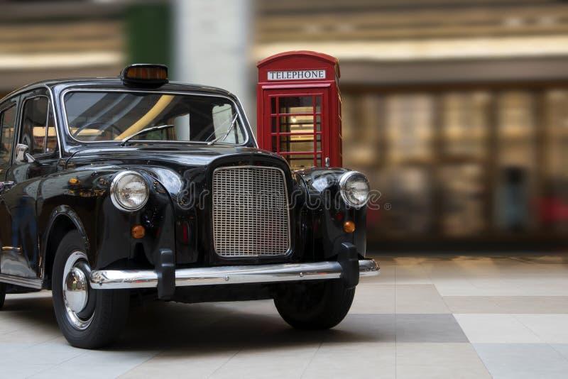 Caixa vermelha retro velha luxuoso do automóvel e de chamada do vintage foto de stock
