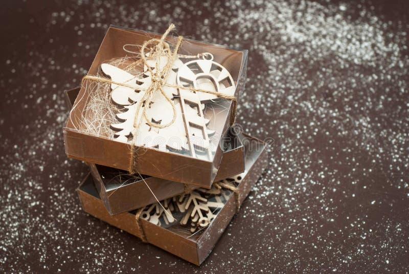 Caixas atuais do papel marrom com curva, no fundo marrom Conceito de Cristmas fotos de stock